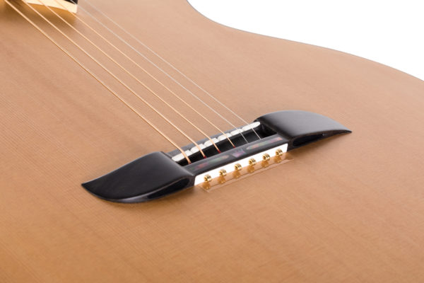 Mostek gitary akustycznej z przelotowymi otworami