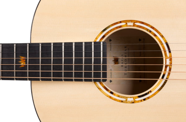Rozeta gitary zdobiona bursztynem bałtyckim